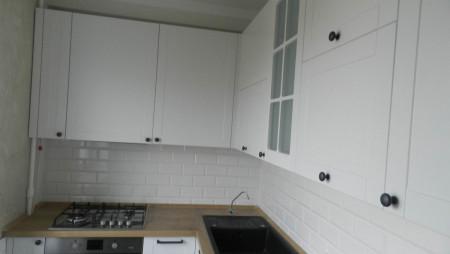 Кухня с антресолями под заказ  Белая кухня с откидным столиком под заказ