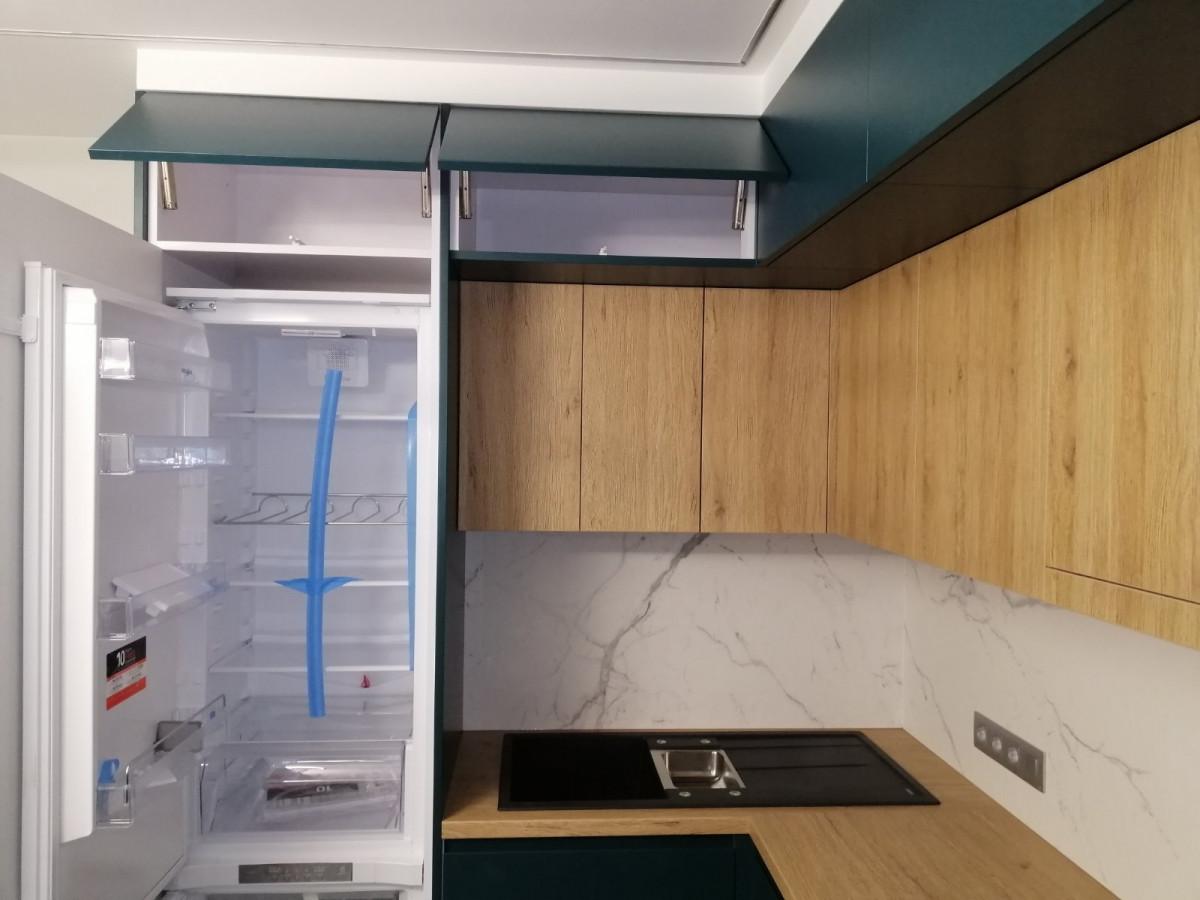 Кухня на заказ - дуб и сине-зелёная краска фотография