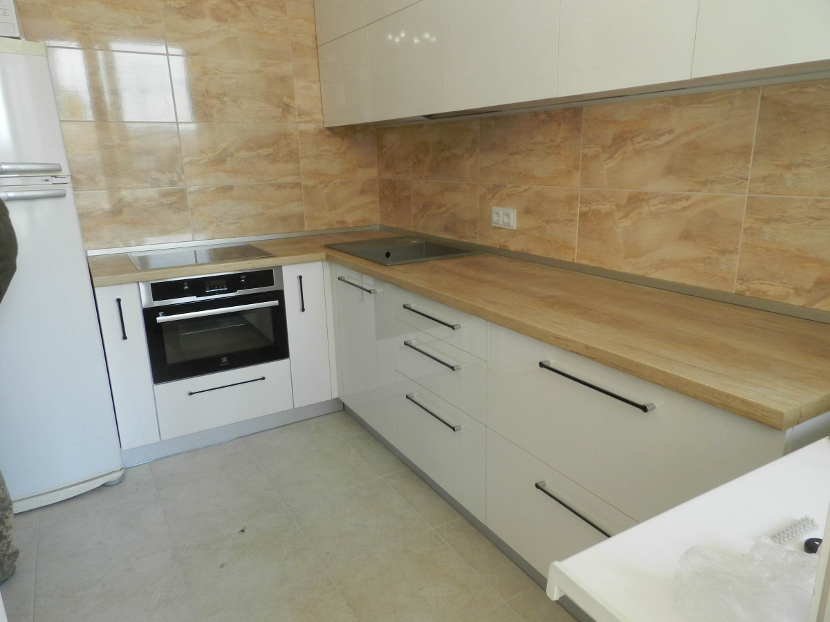 Белая кухня на заказ с дубом фотография