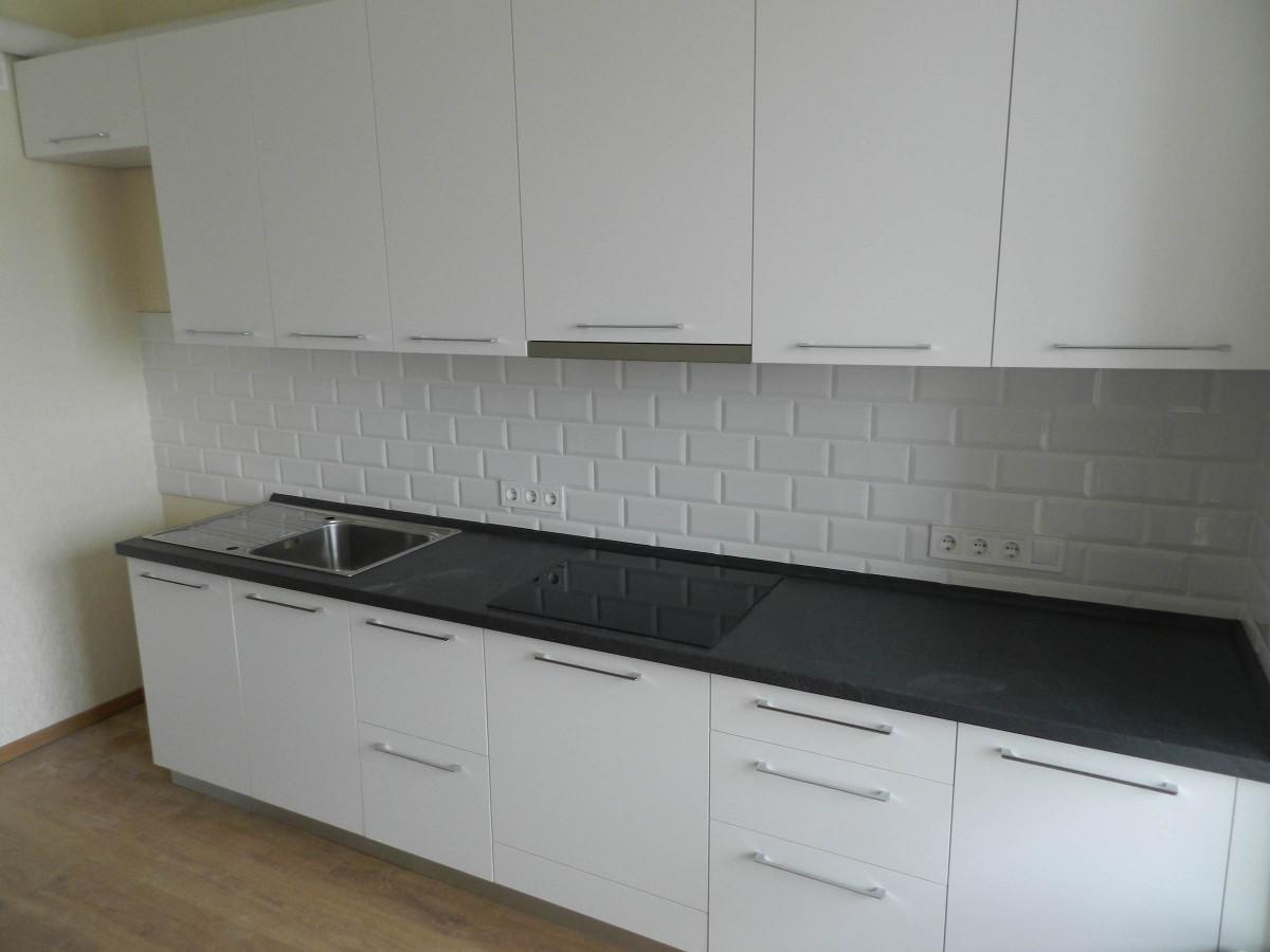 Белая прямая кухня на заказ фотография